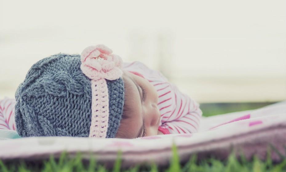 Desenvolva um horário de sono apropriado com uma hora de dormir cedo. Ironicamente, quanto mais cansada está a criança, mais vezes ela acorda durante a noite. Como tal, certifique-se de que o seu filho continua a fazer a sesta durante o dia.