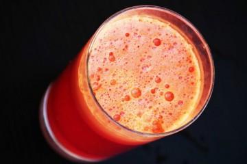 Sumo anti-oxidante e anti-inflamatório com curcuma