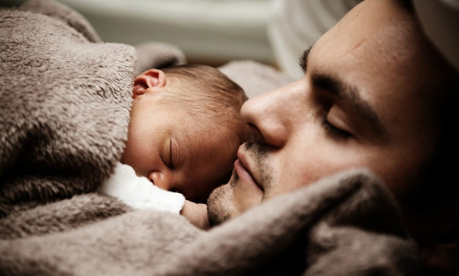 Estabeleça uma rotina de sono consistente que inclua atividades calmas e agradáveis, como um banho ou uma história para adormecer.