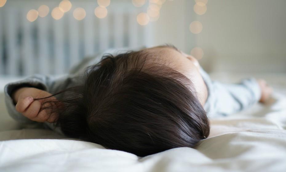 Certifique-se de que o ambiente do quarto da criança é o mesma à hora de dormir, assim como durante toda a noite, em particular a iluminação.