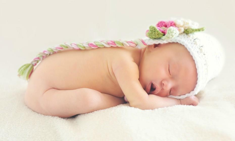 Depois da rotina de dormir, coloque o seu filho acordado no berço e saia da sala. Lembre-se de que a chave para o seu filho dormir durante a noite é ele aprender a adormecer por conta própria, para que possa fazê-lo sozinho caso acorde durante a noite.