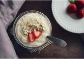 Se lhe parecem semelhantes , mas continua sem compreender porque o mercado diferencia o iogurte regular do grego, pois saiba que são de facto diferentes. Conheça as diferenças entre ambos e tambem os benefícios do iogurte grego na galeria que se segue.