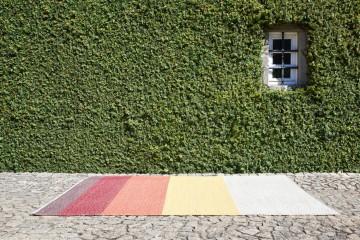 A cortiça é um dos maiores recursos que Portugal tem. E hoje já é usada em muitas coisas para além dos produtos ditos tradicionais, como rolhas ou pavimentos. Conheça os Sugo Cork Rugs, tapetes ecológicos, de cortiça e anti-alérgicos.