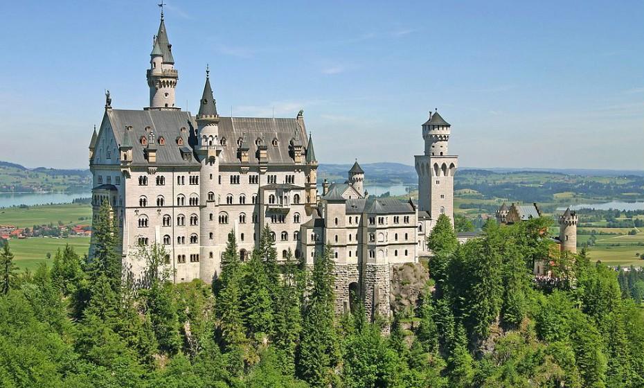 O Castelo de Glücksburg é um dos castelos mais importantes do Renascimento no Norte da Europa. É a sede da Casa de Glücksburg. Originalmente casa ducal, era usado pelos reis da Dinamarca como uma residência real. O castelo é um dos pontos turísticos mais famosos de Schleswig-Holstein. Atualmente abriga um museu e está aberto aos visitantes. Imagens: Wikipédia