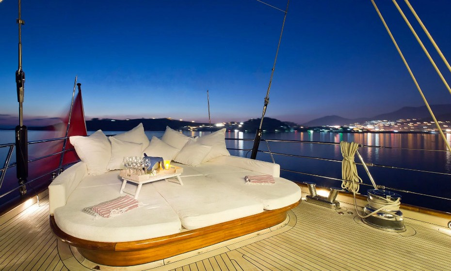 Um ótimo espaço para relaxar enquanto apanha banhos de sol ou para desfrutar de um cocktail à noite.