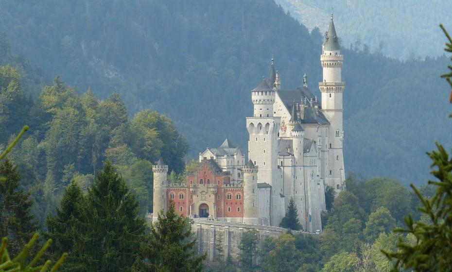 O Castelo de Neuschwanstein foi construído na segunda metade do século XIX, perto das cidades de Hohenschwangau e Füssen, a escassas dezenas de quilómetros da fronteira com a Áustria. Construído por Luís II da Baviera, a arquitetura do castelo possui um estilo mágico que serviu de inspiração à criação do 'Castelo da Cinderela', símbolo dos estúdios Disney.