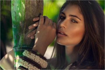 A sua grandiosidade vai para além do seu 1, 78m. A modelo brasileira de olhos azuis e cabelo castanho tem lutado pelo seu lugar no mundo da moda e este tem gostado das suas medidas, 91-63-90.