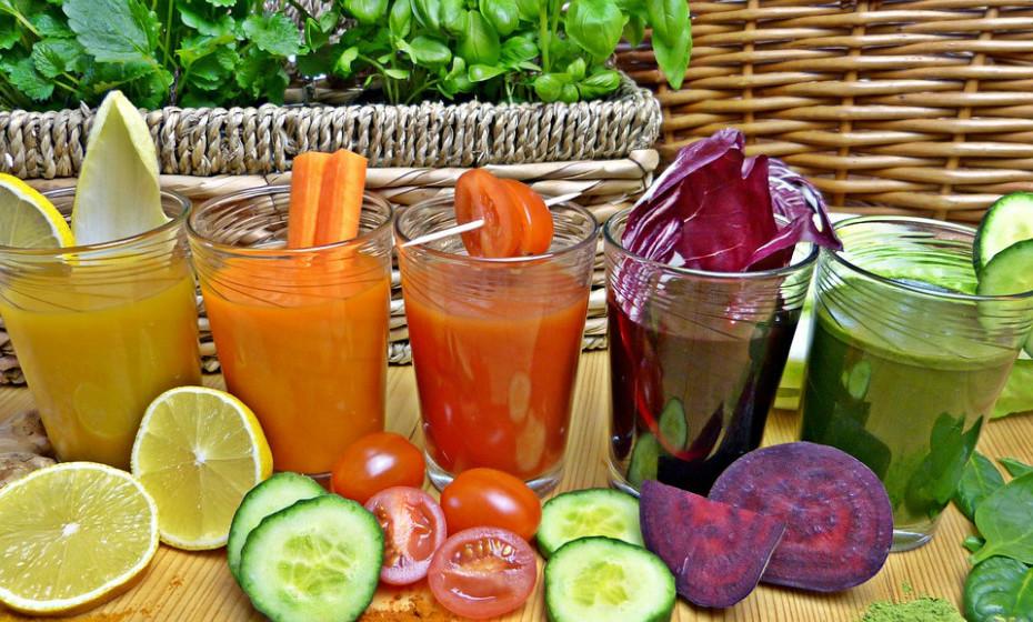 «A celulite pode, sem dúvida, ser atenuada», garante a nutricionista lilian Barros. Sumos, chás, infusões, saladas e sopas detox  ajudam a desintoxicar o nosso organismo, a diminuir a retenção de líquidos, a eliminar toxinas que impedem o correto funcionamento e absorção de micro e macronutrientes nos intestinos, além de fornecer ao corpo nutrientes de alto valor nutricional com baixo teor em gordura e, de forma geral, baixo aporte calórico.