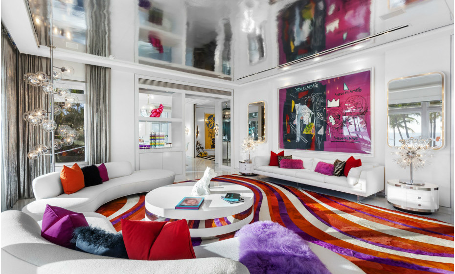 A sala de estar é espaçosa e incrivelmente colorida.
