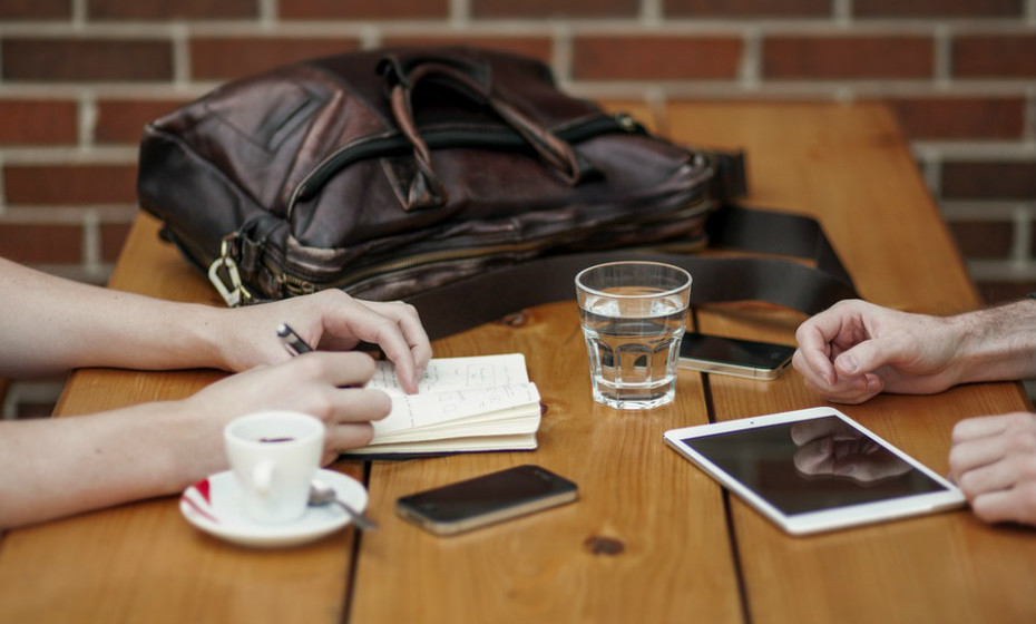 Melhora o humor. Alguns estudos demonstraram que os consumidores regulares de café ou de cafeína apresentam um menor risco de depressão e suicídio.