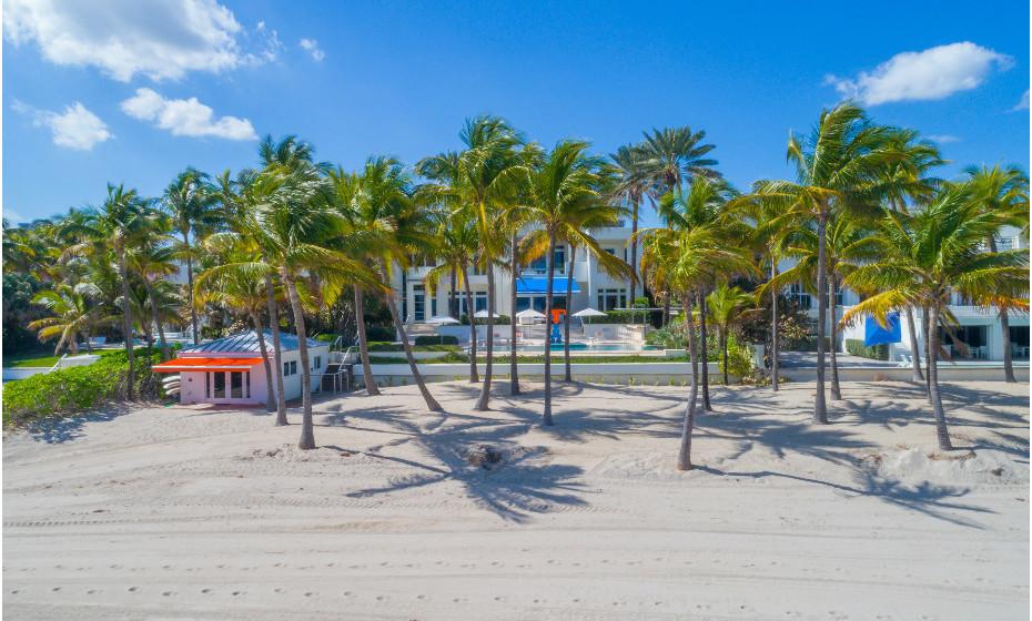 A agência imobiliária norte-americana The Jills listou nas suas propriedades para venda a mansão 605 Ocean Blvd. em Golden Beach, do casal Hilfiger. A decoração louca é da autoria de Martyn Lawrence Bullard. Veja as imagens.