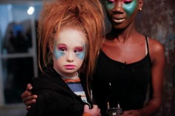 A modelo australiana desafiou as normas da indústria da moda com a sua primeira aparição na passerele em 2015. Agora inova outra vez ao lançar uma coleção de roupa. (Imagens: Reuters)