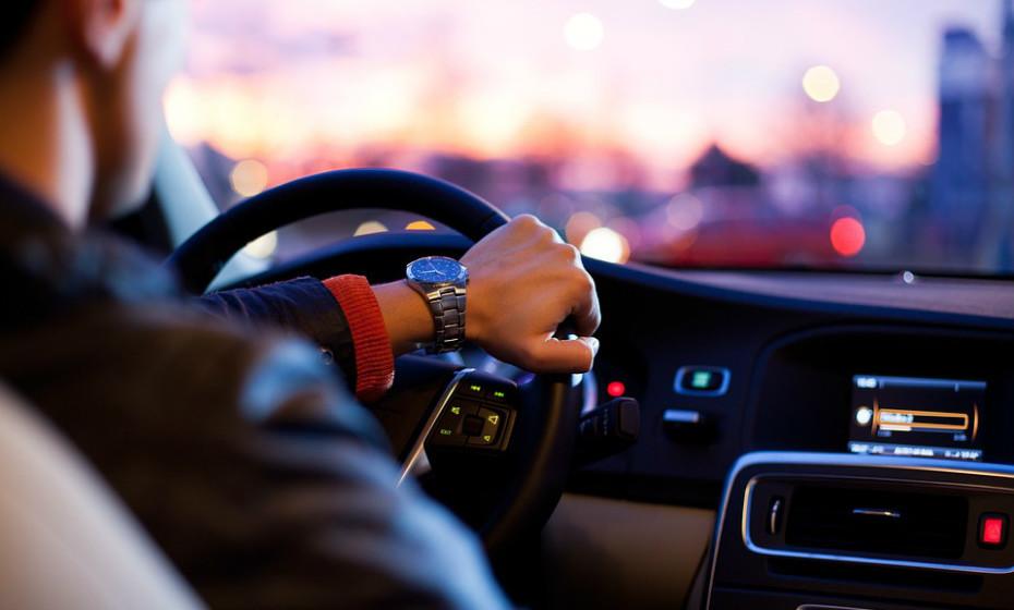Não tenha o aquecimento do carro a soprar diretamente para o seu rosto.