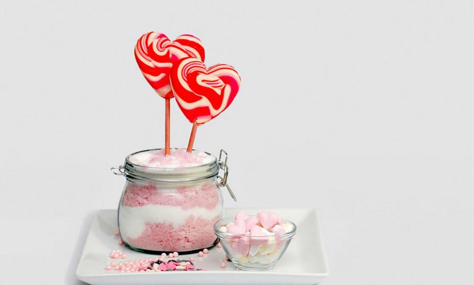 Erythritol também é um álcool de açúcar, mas contém ainda menos calorias que o xilitol. Com apenas 0,24 calorias por grama, o eritritol contém 6% das calorias do açúcar regular. O eritritol não aumenta os níveis de açúcar no sangue, insulina, colesterol ou triglicéridos.