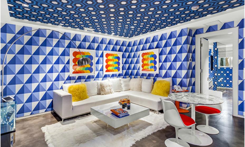 A decoração da casa atrai pelos seus padrões incomuns.