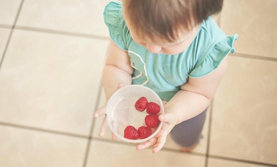 As crianças devem ter uma dieta equilibrada repleta de fruta e legumes. Os antioxidantes, vitaminas e minerais abundantes neste tipo de alimentos são essenciais para impulsionar o sistema imunológico.