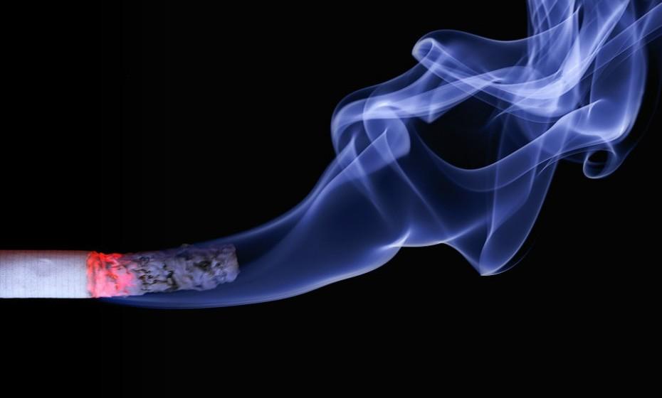 Pare de fumar. Fumar não só prejudica os pulmões, mas também prejudica a saúde do coração. Acabar com esse vício é essencial para a sua saúde em geral.