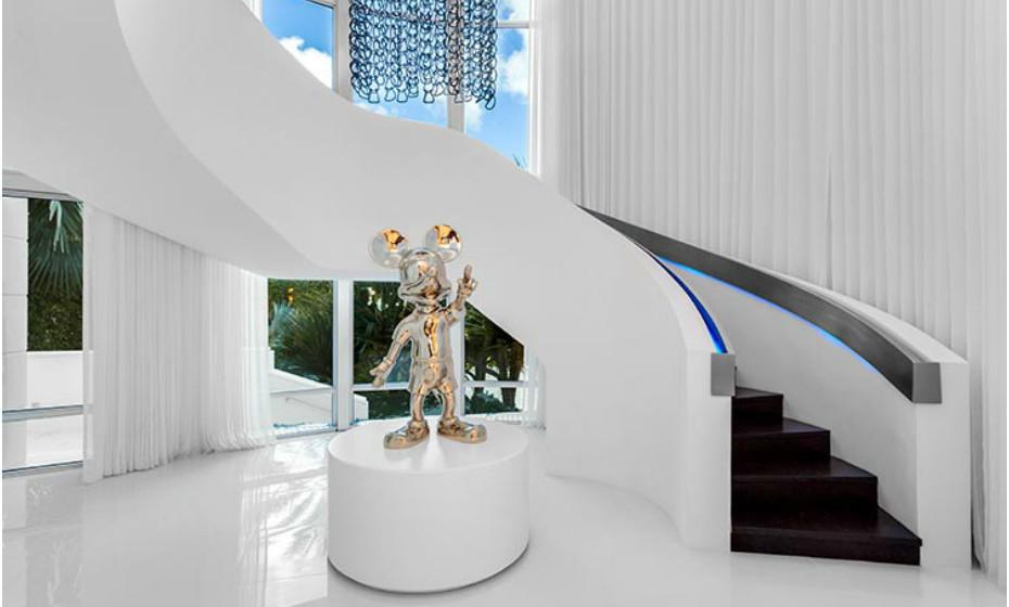 Apesar dos padrões alucinantes nas diversas divisões, a propriedade também tem espaços com um design neutro.