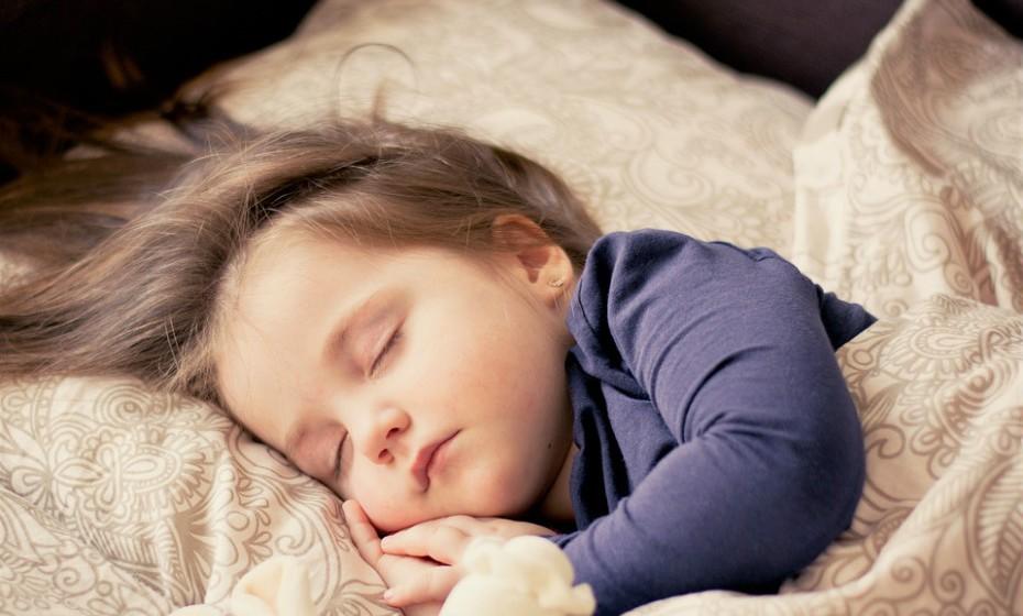É importante promover bons hábitos de sono. Quando as crianças (e os pais, também) não descansam bem, os seus corpos perdem mecanismos naturais de defesa e não lutam contra a doença de forma eficaz.