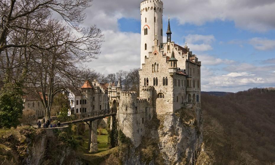 O castelo de Lichtenstein, também conhecido como 'Castelo do Conto de Fadas', localiza-se sobre um penhasco nas montanhas próximo a Honau, em Baden-Württemberg.  A sua primitiva construção remonta a cerca de 1200. Depois de ter sofrido inúmeras remodelações, o atual estilo romântico neo-gótico do castelo foi criado pelo arquiteto Carl Alexander Heideloff.