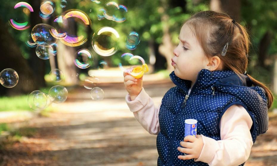 Incentive os seus filhos a brincar ao ar livre ou a participar num desporto coletivo. A atividade física promove uma melhor circulação sanguínea e ajuda os pulmões e o coração a trabalharem melhor, o que, por sua vez, aumenta a imunidade.