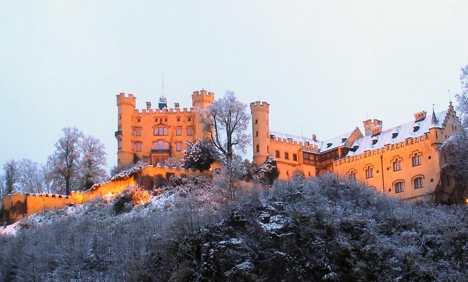 O Schloss Hohenschwangau, 'Castelo do Grande Condado do Cisne', foi a residência de infância do Rei Luís II da Baviera. Fica localizado na aldeia alemã de Schwangau, próximo da cidade de Füssen.