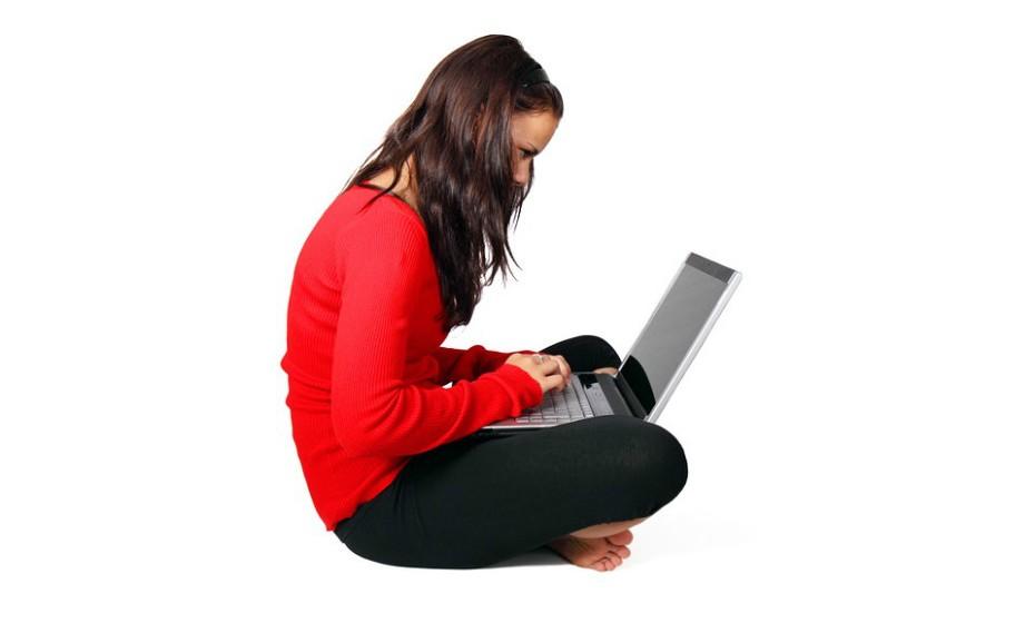 Use um punho neutro com o pulso em linha reta ao segurar o seu dispositivo digital.