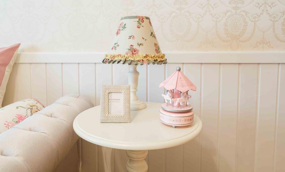 Candeeiro de mesa com abatjour romântico e bordado.