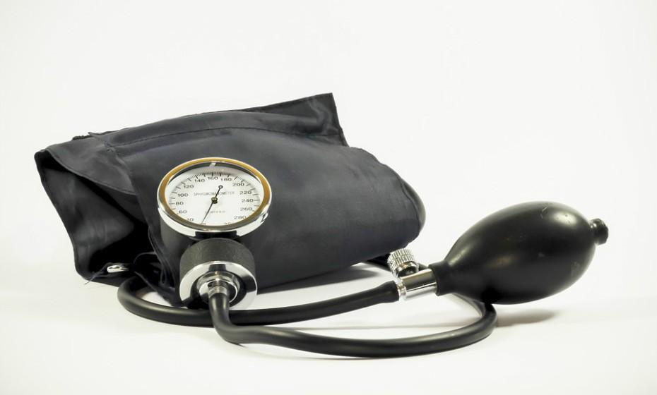 A pressão arterial elevada, ou hipertensão, é um importante fator de risco para ataques cardíacos, derrames e insuficiência cardíaca. Muitas pessoas com pressão arterial elevada não sabem que têm essa condição. Existem tratamentos eficazes para a hipertensão, além de modificações no estilo de vida.