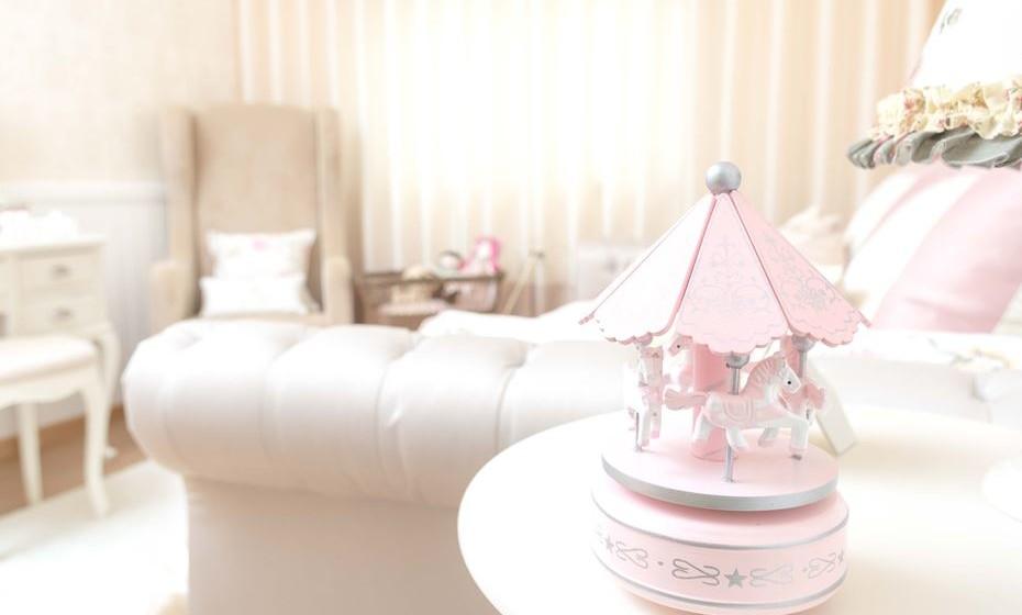 Os pormenores rosa e românticos que dão personalidade ao quarto.