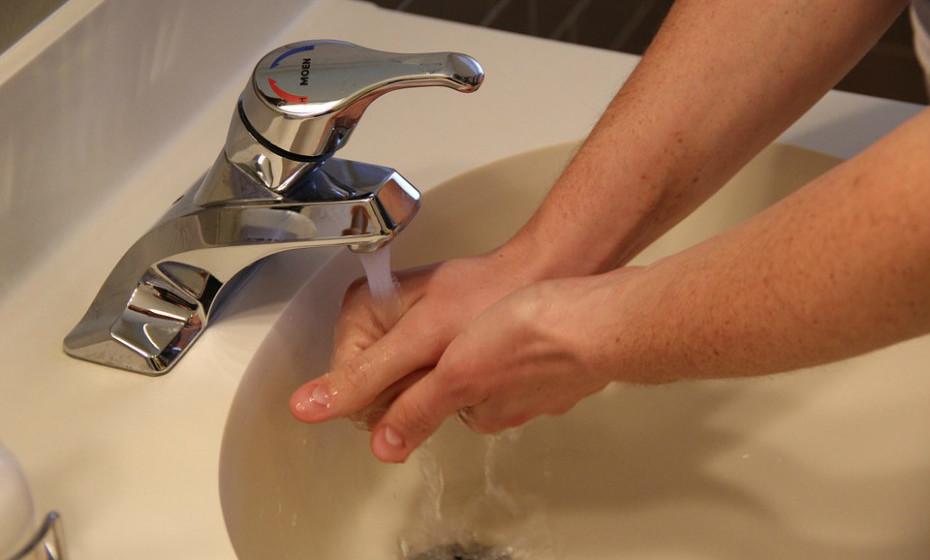 Lave as mãos depois de manusear peixe cru para evitar contaminar os alimentos em que vai mexer de seguida.
