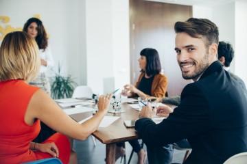 Sabemos bem quem gosta de nós, mas temos muita dificuldade em identificar quem poderá estar a competir connosco em ambiente de trabalho, diz um estudo realizado nos EUA. Saiba ainda o que é que qualifica um bom colega de trabalho.