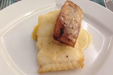 Filete de espada preto com banana frita, puré de batata doce e molho de maracujá.