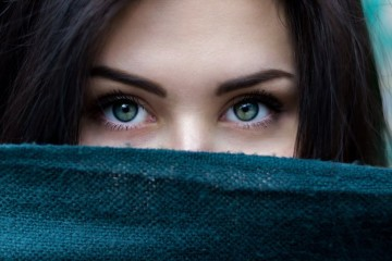 Os olhos secos sazonais são bastante incómodos e agravam-se sobretudo no inverno. Mas existem algumas coisas que podem ajudar a aliviar os sintomas. Confira as dicas de uma dermatologista.