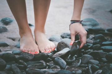 Tem tendência para ter infeções fúngicas nas unhas? Apesar de indolores, têm muito mau aspeto, sendo que o risco de contrair uma infeção aumenta com a exposição do pé na primavera e verão. Veja estas dicas dos dermatologistas da Academia Americana de Dermatologia para as prevenir.