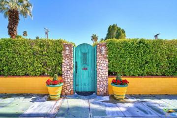 À venda por 469 mil euros, esta casa parece que saiu diretamente de uma pintura de Van Gogh. O casal chama-lhe 'Penguin Cottage'. Veja as imagens e surpreenda-se.
