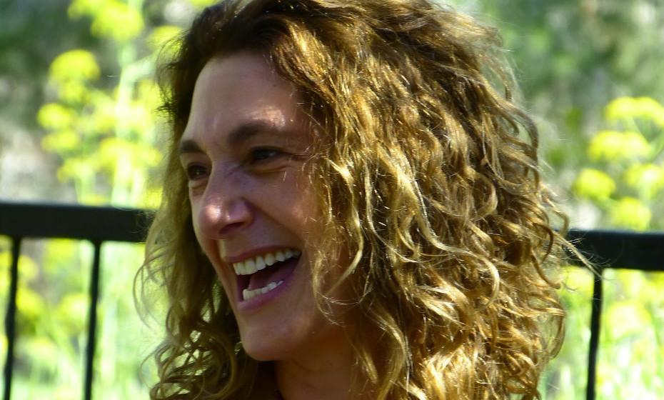No Dia Internacional da Dança, assinalado a 29 de abril, recordamos uma prática que usa a dança como terapia para o bem-estar integral. Em vez de se ensinar e aprender, a biodanza depende da experiência para promover a transformação e a mudança. Essas experiências são criadas através da música, dança e interação entre os participantes em exercícios e jogos cuidadosamente elaborados. Nicole Schwalb, facilitadora de biodanza, passou por Portugal e explicou-nos tudo.