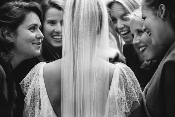 O site ISPWP, uma sociedade internacional que reúne fotógrafos profissionais de casamentos, elegeu as melhores fotografias de casamento em várias categorias do último inverno. Inspire-se com estes momentos. | 1º Lugar 'Retrato da Festa da Noiva' – inverno 2017 (MooiBelicht Trouwreportages – Pijnacker, Holanda)