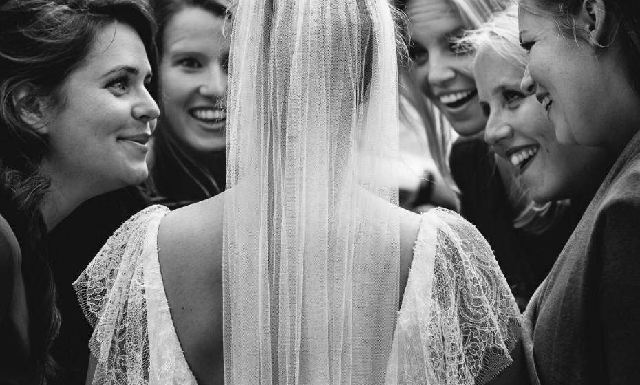 O site ISPWP, uma sociedade internacional que reúne fotógrafos profissionais de casamentos, elegeu as melhores fotografias de casamento em várias categorias do último inverno. Inspire-se com estes momentos.   1º Lugar 'Retrato da Festa da Noiva' – inverno 2017 (MooiBelicht Trouwreportages – Pijnacker, Holanda)
