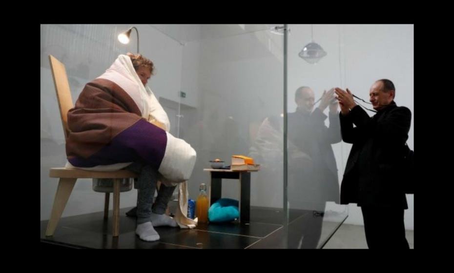 Já viveu dentro de um bloco de pedra, dentro de um urso enquanto comia vermes e besouros e, agora, o artista francês pretende chocar ovos como uma galinha.