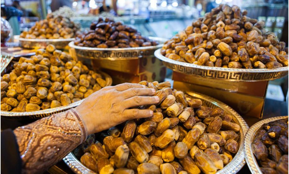 As tâmaras são uma boa alternativa para os momentos em que deseja comer doces. São muito doces, pois contêm grandes quantidades de açúcar. No entanto são uma fonte rica de antioxidantes e contêm fibra, potássio, ferro e uma série de compostos de plantas benéficas.