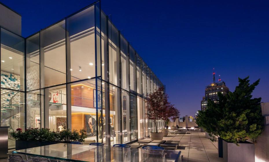 Sky Lofts Glasshouse - Nova Iorque, EUA: Localiza-se no topo de um dos mais belos e reverenciados edifícios industriais, o Art Deco. Este apartamento de 750m² e 4 quartos é feito de um vidro de isolamento térmico.