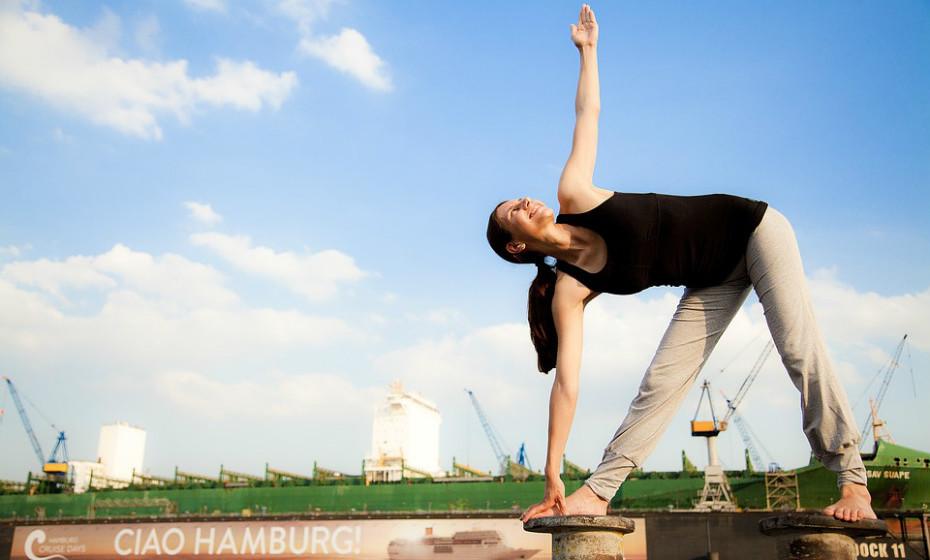 As hormonas libertadas durante os períodos de stress podem aumentar a produção de sebo e inflamação da pele, piorando a acne. Evite o stress: durma mais, faça desporto, medite e respire fundo.