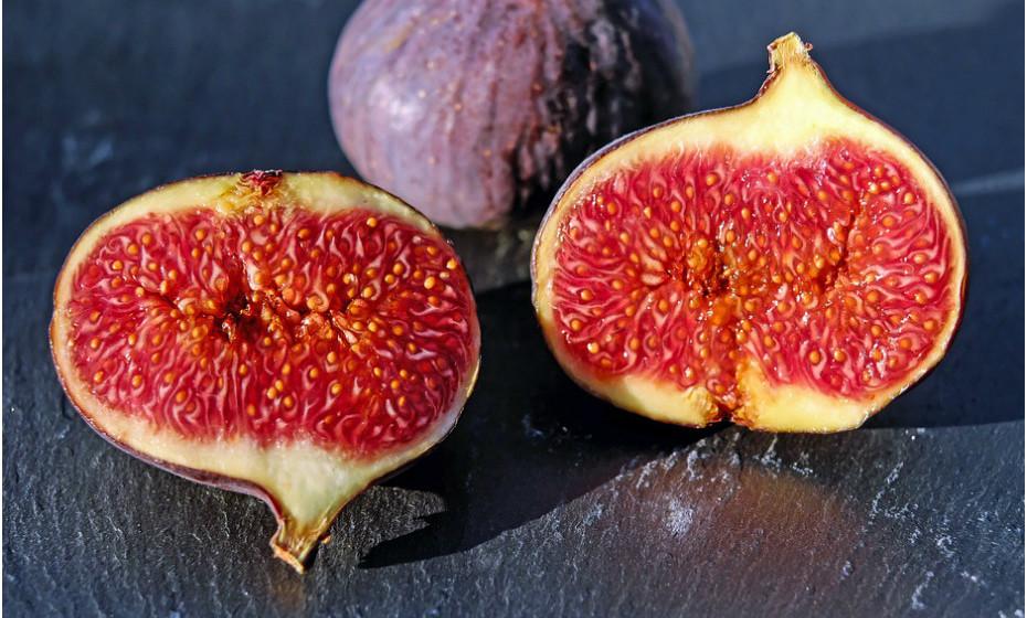 A fruta é naturalmente doce e uma excelente opção para quando tem desejos de doces. Além disso, a fruta é um snack bastante nutritivo. Fornece fibra, antioxidantes e compostos vegetais benéficos. É também pouco calórica.