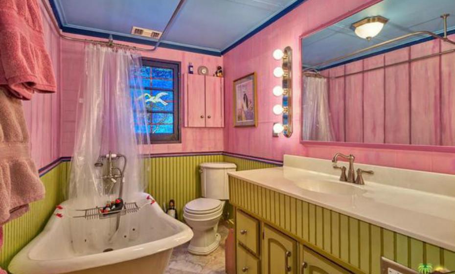 As casas de banho também são bastante coloridas.