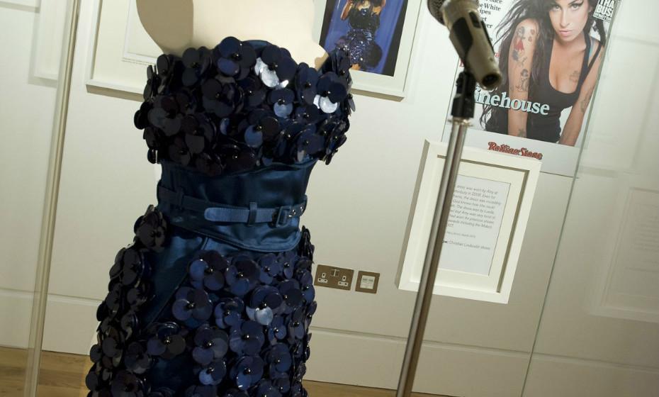 Um dos vestidos de Amy exibidos na exposição 'Amy Whinehouse: A Family Portrait'.