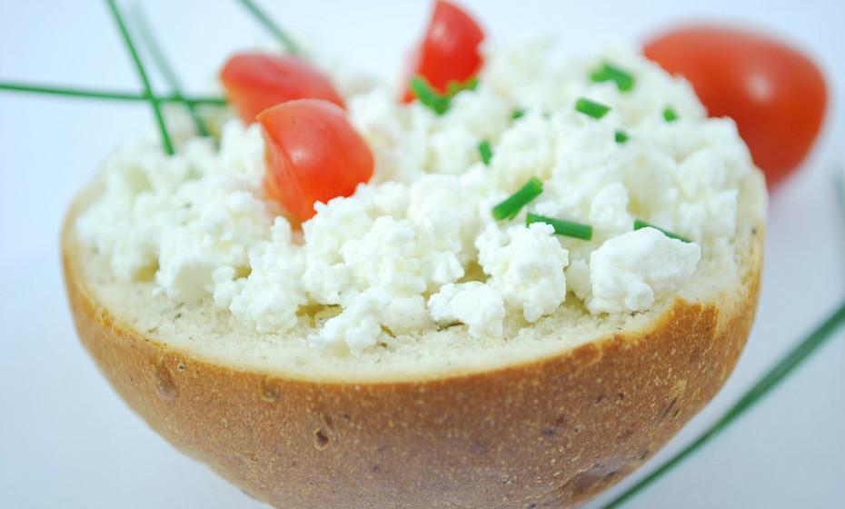 O queijo contém altos níveis de tiramina, em particular os queijos envelhecidos, um aminoácido que pode afetar os vasos sanguíneos e desencadear uma dor de cabeça.