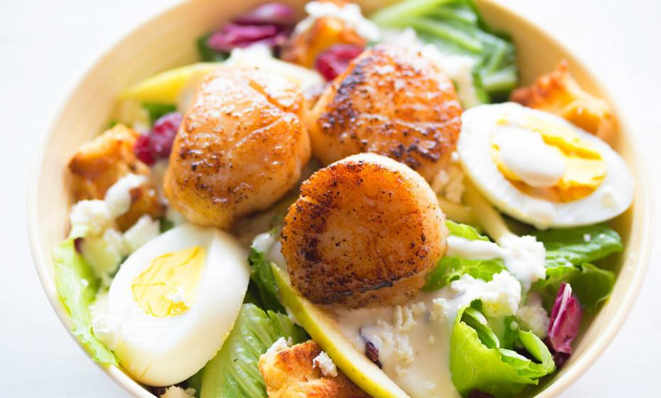 Os legumes têm imensa água e fibra e são pouco calóricos. Ao substituir metade dos hidratos ou da proteína da sua refeição por legumes não amiláceos pode consumir o mesmo volume de alimentos e ainda reduzir as calorias em geral.