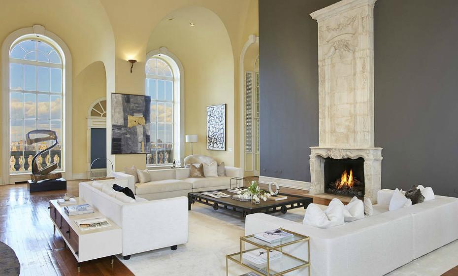 As janelas arqueadas oferecem vistas de 360 graus de Manhattan, de Central Park e dos rios Hudson e East.