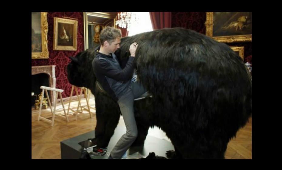 O artista já viveu 13 dias dentro de um urso a alimentar-se de vermes e besouros.